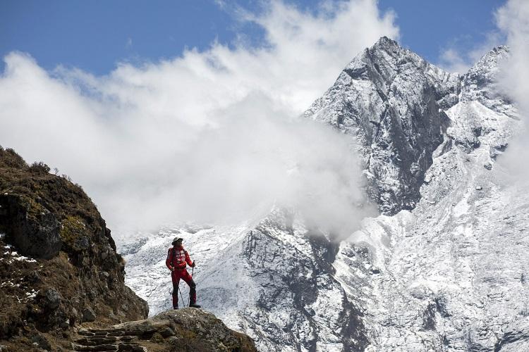 Namche Bazaar, 2017. április 4. Suhajda Szilárd hegymászó, a Magyar Everest Expedíció 2017 tagja útban az Everest alaptábor felé a nepáli Namche Bazaar közelében 2017. április 1-jén. Az expedíció célja a Föld legmagasabb csúcsa, a 8848 méter magas Mount Everest (Csomolungma) elérése oxigénpalack nélkül, elsõként a magyar expedíciós hegymászás történetében. MTI Fotó: Mohai Balázs