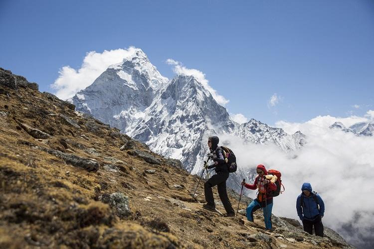 Dingboche, 2017. április 9. Klein Dávid hegymászó és Török Edina, az alaptábor vezetõje, a Magyar Everest Expedíció 2017 tagjai, valamint Phurba Namgyal hegyi vezetõ (b-j) az akklimatizációs túrán útban az 5070 méter magas Nangkartshang hegyre, Dingboche közelében 2017. április 5-én. Az expedíció célja a Föld legmagasabb csúcsa, a 8848 méter magas Mount Everest (Csomolungma) elérése oxigénpalack nélkül, elsõként a magyar expedíciós hegymászás történetében. MTI Fotó: Mohai Balázs