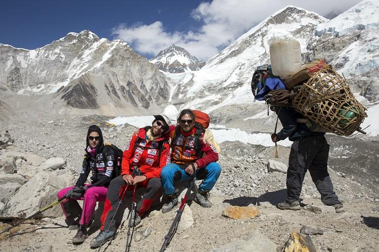 Everest Base Camp, 2017. április 9. Klein Dávid (b3) és Suhajda Szilárd (b2) hegymászók, valamint Török Edina, az alaptábor vezetõje (b), a Magyar Everest Expedíció 2017 tagjai az Everest alaptáborban 2017. április 7-én. Az expedíció célja a Föld legmagasabb csúcsa, a 8848 méter magas Mount Everest (Csomolungma) elérése oxigénpalack nélkül, elsõként a magyar expedíciós hegymászás történetében. MTI Fotó: Mohai Balázs