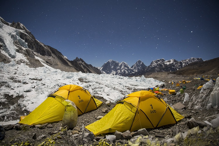 Everest Base Camp, 2017. április 9. Sátrak az Everest alaptáborban 2017. április 7-én. Klein Dávid és Suhajda Szilárd hegymászók részvételével 2017. március 27-én indult el Budapestrõl a Magyar Everest Expedíció 2017, melynek célja a Föld legmagasabb csúcsa, a 8848 méter magas Mount Everest (Csomolungma) elérése oxigénpalack nélkül, elsõként a magyar expedíciós hegymászás történetében. MTI Fotó: Mohai Balázs