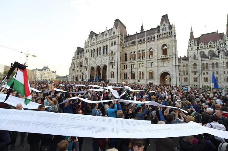 Budapest, 2017. április 9. Résztvevõk az Oktatási szabadságot csoport Szabad ország, szabad CEU, szabad gondolat! címmel meghirdetett demonstrációján a Parlament elõtti Kossuth Lajos téren 2017. április 9-én. A jelenlévõk a nemzeti felsõoktatásról szóló törvény április 4-i módosítása ellen tiltakoznak, amely szerintük ellehetetleníti a Közép-európai Egyetem (CEU) magyarországi mûködését. Ezért arra kérik Áder János köztársasági elnököt, hogy ne írja alá az elfogadott törvényt. MTI Fotó: Balogh Zoltán