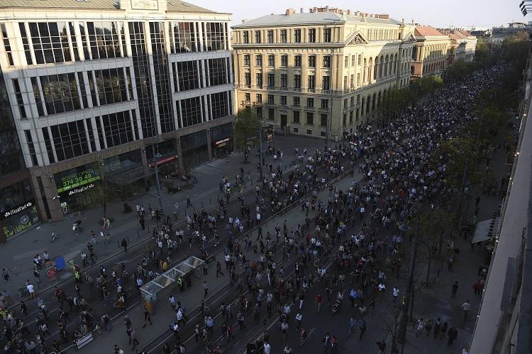 Budapest, 2017. április 2. Résztvevõk vonulnak az Oktatási szabadságot csoport Most a CEU, de ki a következõ? - Tüntetés a szabad oktatásért címmel tartott demonstrációján Budapesten, a Múzeum körúton 2017. április 2-án. MTI Fotó: Balogh Zoltán