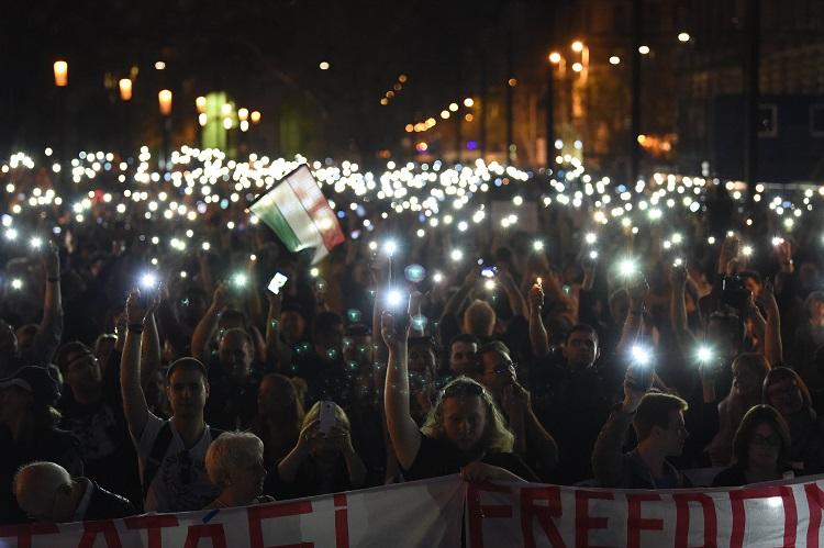 Budapest, 2017. április 2. Résztvevõk mobiltelefonjaikkal világítanak az Oktatási szabadságot csoport Most a CEU, de ki a következõ? - Tüntetés a szabad oktatásért címmel tartott demonstrációján Budapesten, Kossuth téren 2017. április 2-án. MTI Fotó: Balogh Zoltán