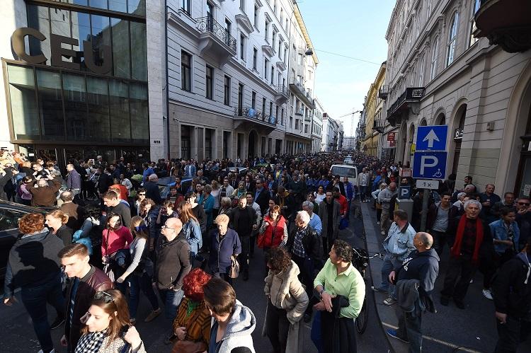 Budapest, 2017. április 9. Résztvevõk az Oktatási szabadságot csoport Szabad ország, szabad CEU, szabad gondolat! címmel meghirdetett demonstrációján a Közép-európai Egyetem (CEU) Nádor utcai épületétõl vonulnak a Kossuth Lajos térre 2017. április 9-én. A jelenlévõk a nemzeti felsõoktatásról szóló törvény április 4-i módosítása ellen tiltakoznak, amely szerintük ellehetetleníti a Közép-európai Egyetem (CEU) magyarországi mûködését. Ezért arra kérik Áder János köztársasági elnököt, hogy ne írja alá az elfogadott törvényt. MTI Fotó: Balogh Zoltán