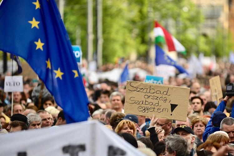 Budapest, 2017. április 9. Résztvevõk gyülekeznek az Oktatási szabadságot csoport Szabad ország, szabad CEU, szabad gondolat! címmel meghirdetett demonstrációja elõtt a Várkert Bazárnál 2017. április 9-én. A jelenlévõk a nemzeti felsõoktatásról szóló törvény április 4-i módosítása ellen tiltakoztak, amely szerintük ellehetetleníti a Közép-európai Egyetem (CEU) magyarországi mûködését. Ezért arra kérik Áder János köztársasági elnököt, hogy ne írja alá az elfogadott törvényt. MTI Fotó: Marjai János