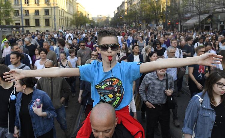 Budapest, 2017. április 2. Résztvevõk vonulnak az Oktatási szabadságot csoport Most a CEU, de ki a következõ? - Tüntetés a szabad oktatásért címmel tartott demonstrációján Budapesten, a Múzeum körúton 2017. április 2-án. MTI Fotó: Kovács Tamás