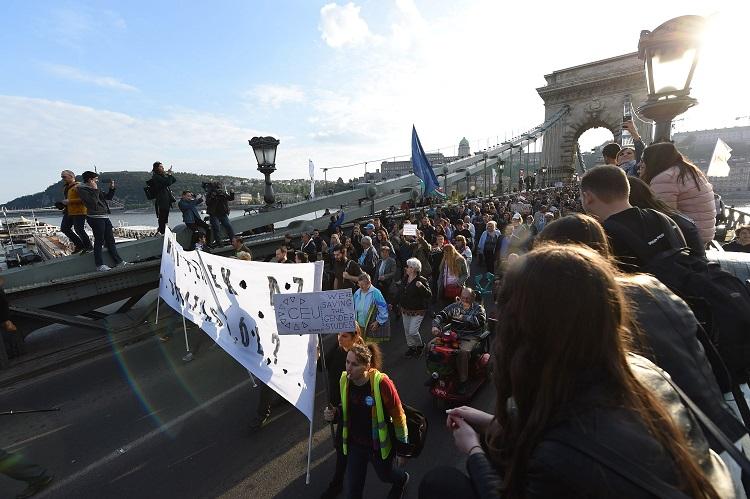 Budapest, 2017. április 9. Résztvevõk az Oktatási szabadságot csoport Szabad ország, szabad CEU, szabad gondolat! címmel meghirdetett demonstrációján vonulnak a Lánchídon át a Kossuth Lajos térre 2017. április 9-én. A jelenlévõk a nemzeti felsõoktatásról szóló törvény április 4-i módosítása ellen tiltakoznak, amely szerintük ellehetetleníti a Közép-európai Egyetem (CEU) magyarországi mûködését. Ezért arra kérik Áder János köztársasági elnököt, hogy ne írja alá az elfogadott törvényt. MTI Fotó: Balogh Zoltán
