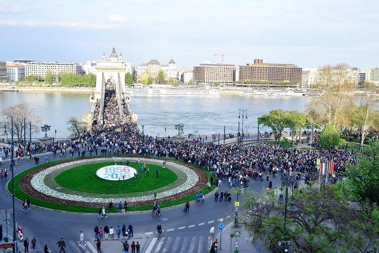 Budapest, 2017. április 9. Résztvevõk az Oktatási szabadságot csoport Szabad ország, szabad CEU, szabad gondolat! címmel meghirdetett demonstrációján vonulnak a Lánchídon át a Kossuth Lajos térre 2017. április 9-én. A jelenlévõk a nemzeti felsõoktatásról szóló törvény április 4-i módosítása ellen tiltakoznak, amely szerintük ellehetetleníti a Közép-európai Egyetem (CEU) magyarországi mûködését. Ezért arra kérik Áder János köztársasági elnököt, hogy ne írja alá az elfogadott törvényt. MTI Fotó: Marjai János