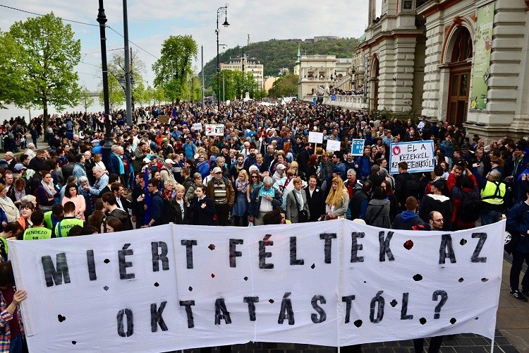 Tens of Thousands Protest in Favor of CEU and against Government Bill: Photos and Videos of Last Night's Demonstration in Budapest: UPDATED post's picture
