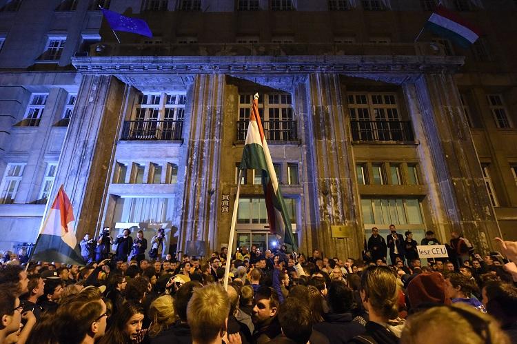 Budapest, 2017. április 9. Tiltakozók az Emberi Erõforrások Minisztériuma (Emmi) Szalay utcai épületénél 2017. április 9-én. Az Oktatási szabadságot csoport Szabad ország, szabad CEU, szabad gondolat! címmel meghirdetett demonstrációja után több ezren a Parlament elõtt maradtak, majd elindultak az Emmi épületéhez. Az Országház elõtti demonstráción a nemzeti felsõoktatásról szóló törvény április 4-i módosítása ellen tiltakoztak, amely szerintük ellehetetleníti a Közép-európai Egyetem (CEU) magyarországi mûködését. Ezért arra kérik Áder János köztársasági elnököt, hogy ne írja alá az elfogadott törvényt. MTI Fotó: Balogh Zoltán