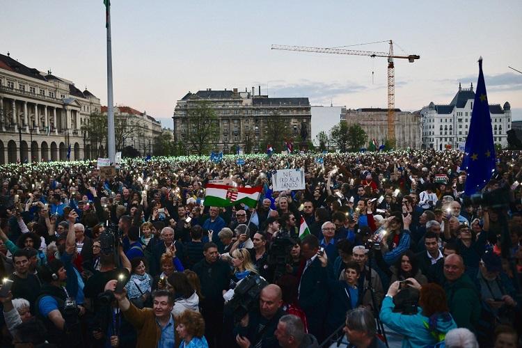 Budapest, 2017. április 9. Résztvevõk az Oktatási szabadságot csoport Szabad ország, szabad CEU, szabad gondolat! címmel meghirdetett demonstrációján a Parlament elõtti Kossuth Lajos téren 2017. április 9-én. A jelenlévõk a nemzeti felsõoktatásról szóló törvény április 4-i módosítása ellen tiltakoznak, amely szerintük ellehetetleníti a Közép-európai Egyetem (CEU) magyarországi mûködését. Ezért arra kérik Áder János köztársasági elnököt, hogy ne írja alá az elfogadott törvényt. MTI Fotó: Marjai János