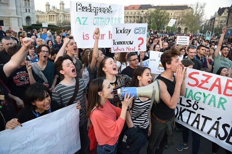 Budapest, 2017. április 2. Résztvevõk az Oktatási szabadságot csoport Most a CEU, de ki a következõ? - Tüntetés a szabad oktatásért címmel tartott demonstrációján Budapesten, Kossuth téren 2017. április 2-án. MTI Fotó: Balogh Zoltán