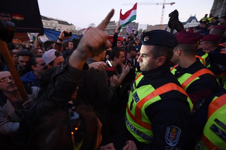 Budapest, 2017. április 9. Rendõrök és tiltakozók a Parlament elõtti Kossuth Lajos téren 2017. április 9-én. Az Oktatási szabadságot csoport Szabad ország, szabad CEU, szabad gondolat! címmel meghirdetett demonstrációja után többen a Parlament elõtt maradtak. A demonstráción a nemzeti felsõoktatásról szóló törvény április 4-i módosítása ellen tiltakoztak, amely szerintük ellehetetleníti a Közép-európai Egyetem (CEU) magyarországi mûködését. Ezért arra kérik Áder János köztársasági elnököt, hogy ne írja alá az elfogadott törvényt. MTI Fotó: Balogh Zoltán