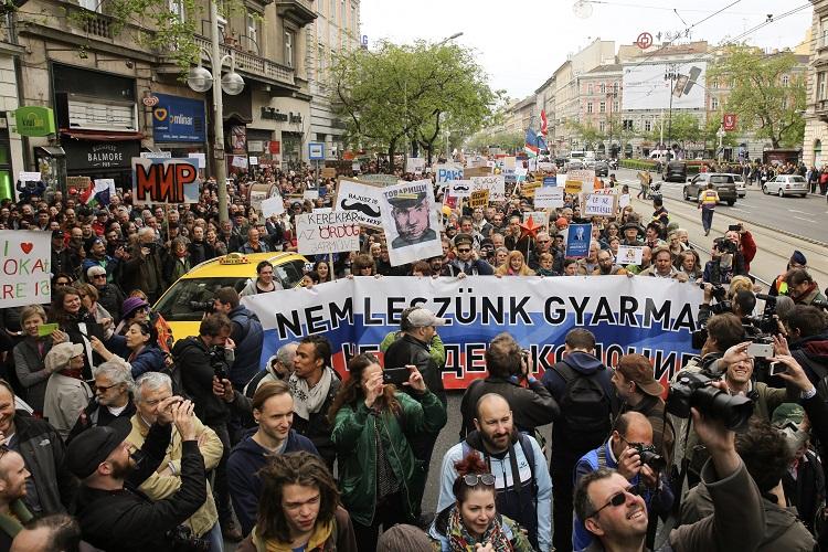 Budapest, 2017. április 22. A Magyar Kétfarkú Kutya Párt (MKKP) demonstrációja Budapesten, az Oktogonnál 2017. április 22-én. MTI Fotó: Mohai Balázs