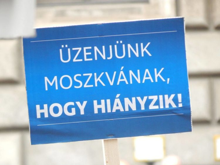 """In a satiric twist on the government's """"Let Us Tell Brussels"""" billboard campaign, this sign reads """"Let us Tell Moscow, That We Miss Them."""" (Photo: 444.hu- Gábor Merkl)"""