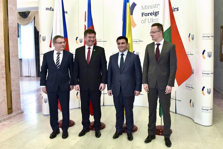 Kijev, 2017. április 11. A Külgazdasági és Külügyminisztérium által közzétett képen Pavlo Klimkin ukrán külügyminiszter (j2) fogadja Lubomír Zaorálek cseh (b) és Miroslav Lajcák szlovák (b2) külügyminisztert, valamint Szijjártó Péter külgazdasági és külügyminisztert (j) Kijevben 2017. április 11-én. MTI Fotó: KKM/Szabó Árpád