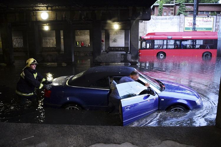 Budapest, 2017. május 23. Elakadt autót tolnak a VI. kerületben, a Podmaniczky és a Dózsa György út keresztezõdésénél, a Vágány utcai vasúti felüljárónál 2017. május 23-án. A fõvárosra is lecsapó vihar, a lezúduló nagy mennyiségû csapadék a város számos pontján okozott gondot, a II. és a III. kerületben is több utcát és utat elöntött a víz. MTI Fotó: Balogh Zoltán