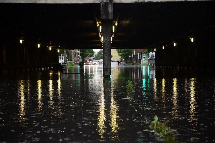 Budapest, 2017. május 23. Esõvíz a Vágány utcai vasúti felüljáró alatt, a VI. kerületi Podmaniczky és a Dózsa György út keresztezõdésénél 2017. május 23-án. A fõvárosra is lecsapó vihar, a lezúduló nagy mennyiségû csapadék a város számos pontján okozott gondot, a II. és a III. kerületben is több utcát és utat elöntött a víz. MTI Fotó: Balogh Zoltán