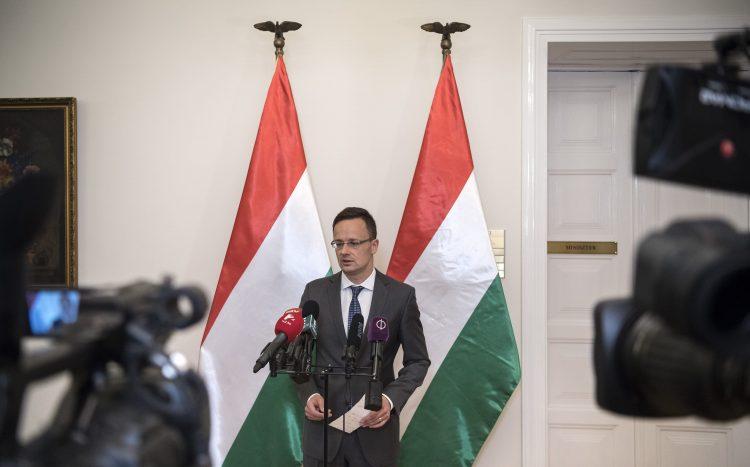 Budapest, 2017. május 22. Szijjártó Péter külgazdasági és külügyminiszter sajtótájékoztatót tart 2017. május 22-én Egyedül a magyar határkerítés nyújt megbízható védelmet az illegális bevándorlással szemben címmel a külügyminisztériumban. MTI Fotó: Szigetváry Zsolt
