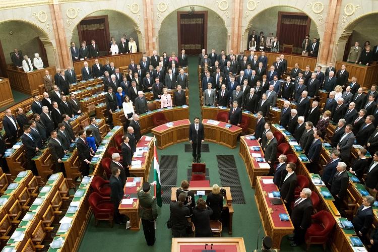 Budapest, 2017. május 8. Áder János újraválasztott köztársasági elnök (k) leteszi esküjét az Országgyûlés plenáris ülésén 2017. május 8-án. A Fidesz-KDNP államfõjelöltjét az Országgyûlés 131 szavazattal választotta újra március 13-án. MTI Fotó: Koszticsák Szilárd