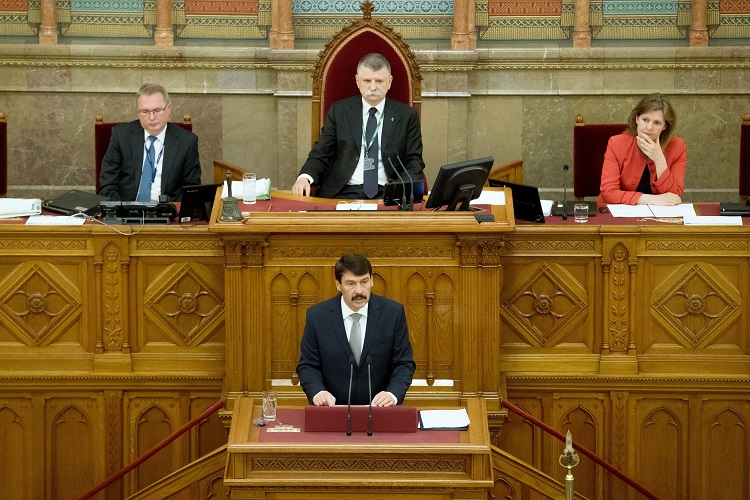 Budapest, 2017. május 8. Áder János újraválasztott köztársasági elnök (elöl) eskütétele után beszédet mond az Országgyûlés plenáris ülésén 2017. május 8-án. A Fidesz-KDNP államfõjelöltjét az Országgyûlés 131 szavazattal választotta újra március 13-án. Mögötte Kövér László házelnök. MTI Fotó: Koszticsák Szilárd