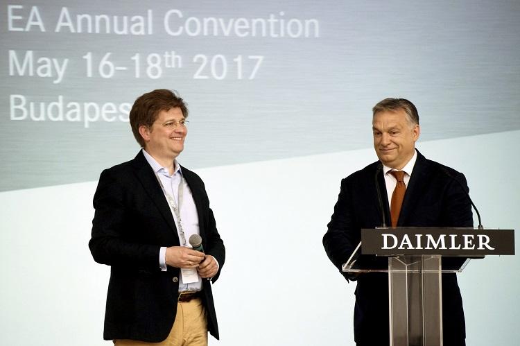 Budapest, 2017. május 18. Orbán Viktor miniszterelnök (j) és Eckart von Klaeden, a Daimler AG külügyekért felelõs alelnöke a német autókonszern közgyûlésén a Gerbeaud Házban 2017. május 18-án. MTI Fotó: Koszticsák Szilárd