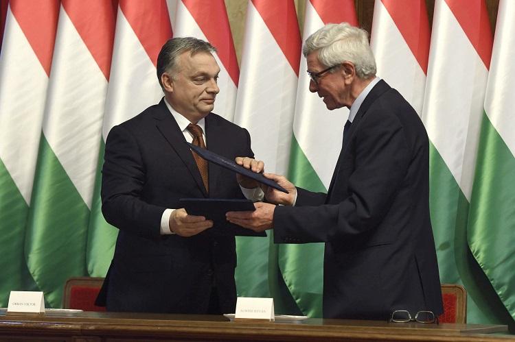 Hódmezõvásárhely, 2017. május 26. Orbán Viktor miniszterelnök (b) és Almási István (Fidesz-KDNP) polgármester kicserélik a dokumentumot, miután aláírták a Modern városok program keretében a kormány és Hódmezõvásárhely városa közötti együttmûködési megállapodást a hódmezõvásárhelyi polgármesteri hivatal dísztermében 2017. május 26-án. MTI Fotó: Koszticsák Szilárd