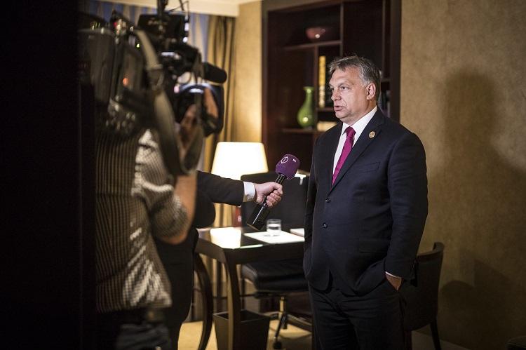Peking, 2017. május 15. A Miniszterelnöki Sajtóiroda által közreadott képen Orbán Viktor miniszterelnök nyilatkozik kínai programja végén a magyar közmédia stábjának Pekingben 2017. május 15-én. MTI Fotó: Miniszterelnöki Sajtóiroda / Szecsõdi Balázs
