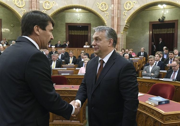 Budapest, 2017. május 8. Áder János újraválasztott köztársasági elnök (b) fogadja Orbán Viktor miniszterelnök gratulációját az eskütétel után az Országgyûlés plenáris ülésén 2017. május 8-án. A Fidesz-KDNP államfõjelöltjét az Országgyûlés 131 szavazattal választotta újra március 13-án. MTI Fotó: Kovács Tamás