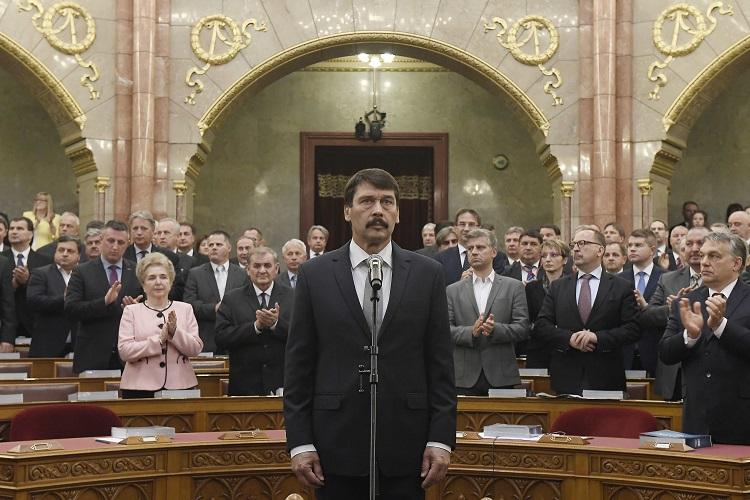 Budapest, 2017. május 8. Áder János újraválasztott köztársasági elnök (k) eskütétele az Országgyûlés plenáris ülésén 2017. május 8-án. A Fidesz-KDNP államfõjelöltjét az Országgyûlés 131 szavazattal választotta újra március 13-án. Jobbról Orbán Viktor miniszterelnök. MTI Fotó: Kovács Tamás