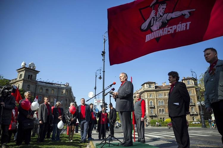 Budapest, 2017. május 1. Érdeklõdõk hallgatják Thürmer Gyulának, a Munkáspárt elnökének (k) beszédét a párt majálisán a budapesti Kodály köröndön 2017. május 1-jén, a munka ünnepén. MTI Fotó: Mohai Balázs