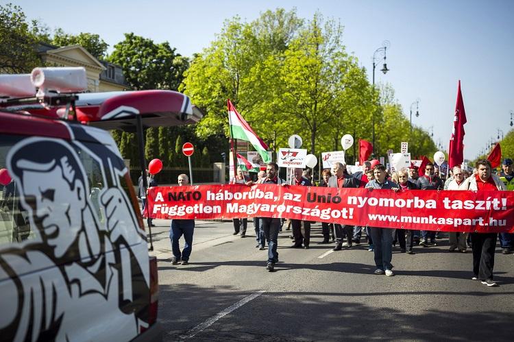 Budapest, 2017. május 1. Thürmer Gyula, a Munkáspárt elnöke (k) és a párt szimpatizánsai vonulnak a fõvárosi Andrássy úton a Városligetbe 2017. május 1-jén, a munka ünnepén. MTI Fotó: Mohai Balázs
