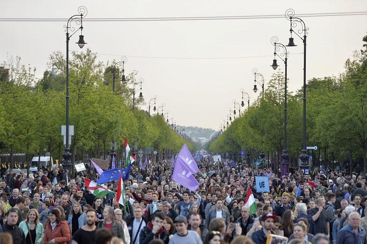 Budapest, 2017. május 1. Résztvevõk vonulnak a Momentum Mozgalom Európához tartozunk! jelmondattal meghirdetett demonstrációján a fõvárosi Hõsök terére 2017. május 1-jén. MTI Fotó: Balogh Zoltán