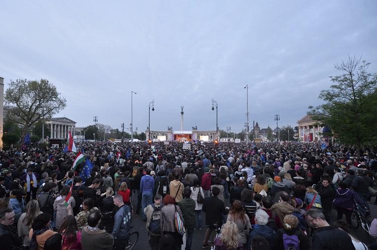 Budapest, 2017. május 1. Résztvevõk a Momentum Mozgalom Európához tartozunk! jelmondattal meghirdetett demonstrációján a fõvárosi Hõsök terén 2017. május 1-jén, Magyarország uniós csatlakozásának tizenharmadik évfordulóján. MTI Fotó: Balogh Zoltán