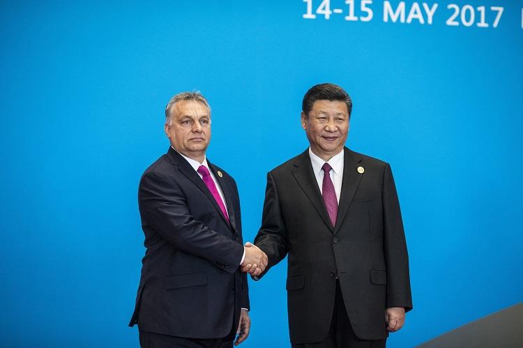 Peking, 2017. május 15. A Miniszterelnöki Sajtóiroda által közreadott képen Hszi Csin-ping kínai elnök (j) fogadja a hivatalos látogatáson Kínában tartózkodó Orbán Viktor miniszterelnököt az Egy övezet, egy út fórum vezetõi kerekasztal-tanácskozása elõtt a Jencsi-tó Nemzetközi Kongresszusi Központban 2017. május 15-én. MTI Fotó: Miniszterelnöki Sajtóiroda / Szecsõdi Balázs