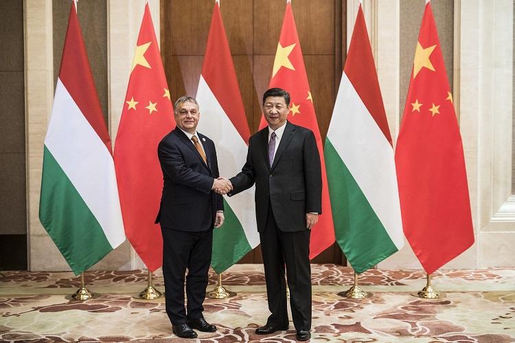 Peking, 2017. május 13. A Miniszterelnöki Sajtóiroda által közreadott képen a hivatalos látogatáson Kínában tartózkodó Orbán Viktor miniszterelnököt (b) fogadja Hszi Csin-ping kínai elnök a pekingi Nagy Népi Csarnokban 2017. május 13-án. MTI Fotó: Miniszterelnöki Sajtóiroda / Szecsõdi Balázs