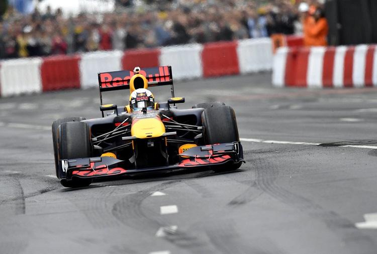 Budapest, 2017. május 1. Daniel Ricciardo, a Red Bull Forma-1-es ausztrál pilótája egy 2011-es vb-gyõztes autóval száguld az V. Nagy Futam elnevezésû autó- és motorsport-bemutatón Budapest belvárosában, az Andrássy úton 2017. május 1-jén. MTI Fotó: Illyés Tibor
