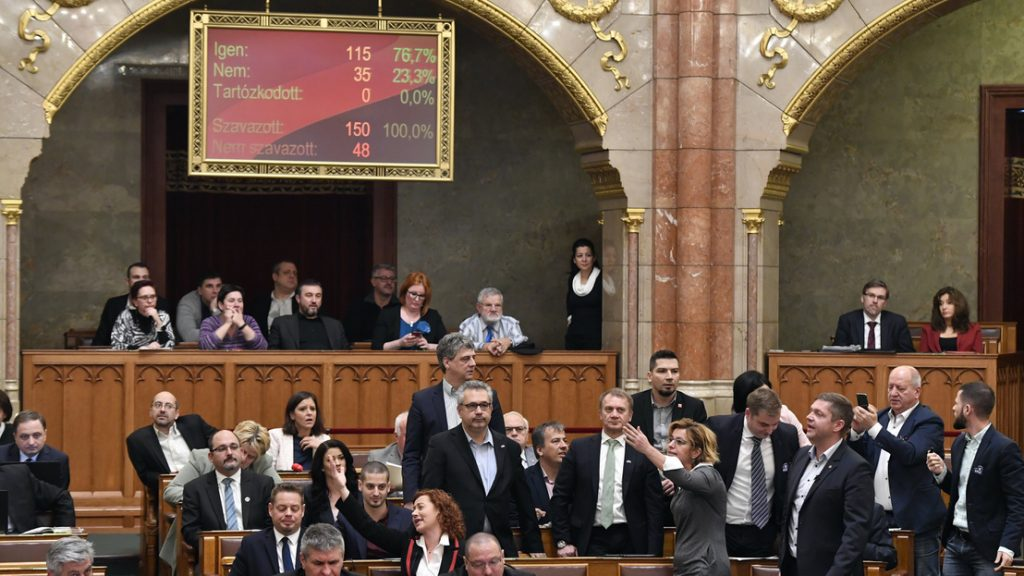 Changing Overtime Rules: Opposition Whistles, Shouts and Leaves after Fidesz-KDNP Rejects All Amendments post's picture