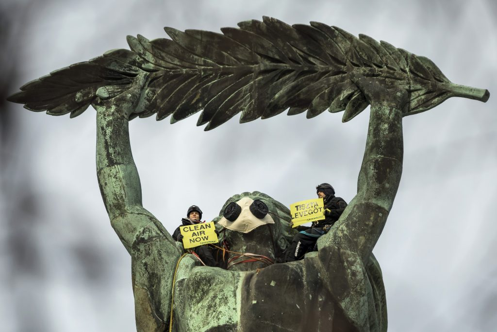 Greenpeace Activists Put Mask on Liberty Statue in Support of Clean Air Movement post's picture