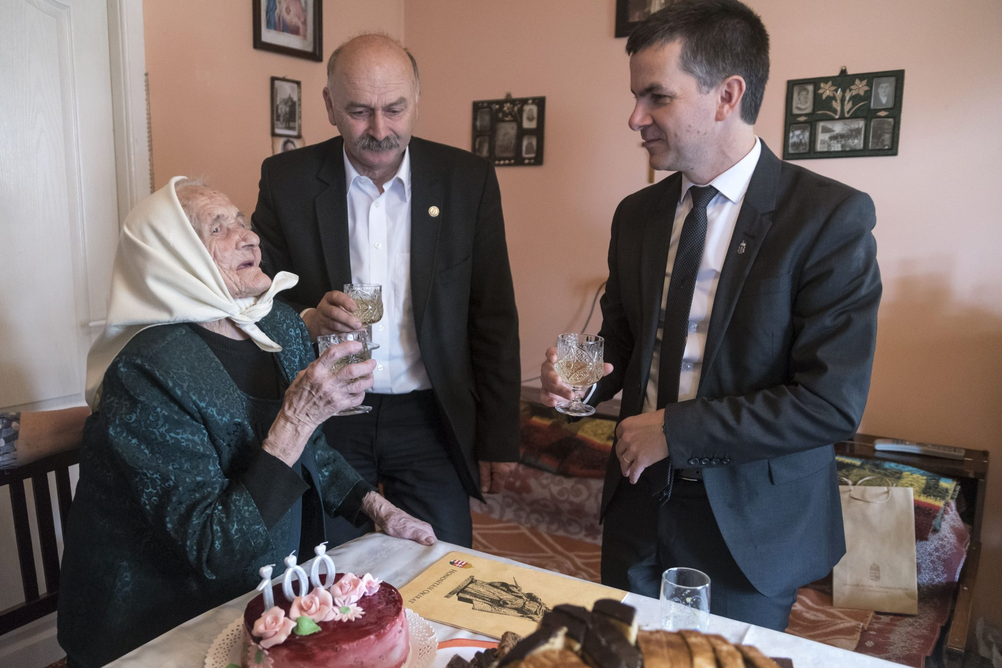 100-Year-Old Transylvanian Woman Receives Hungarian Citizenship for the Third Time in Her Life