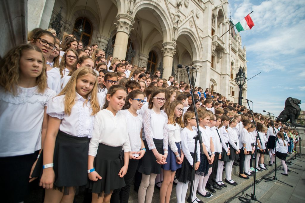 Thousands of Children Sing the Hymn of National Cohesion to Commemorate Trianon Treaty – with VIDEO post's picture