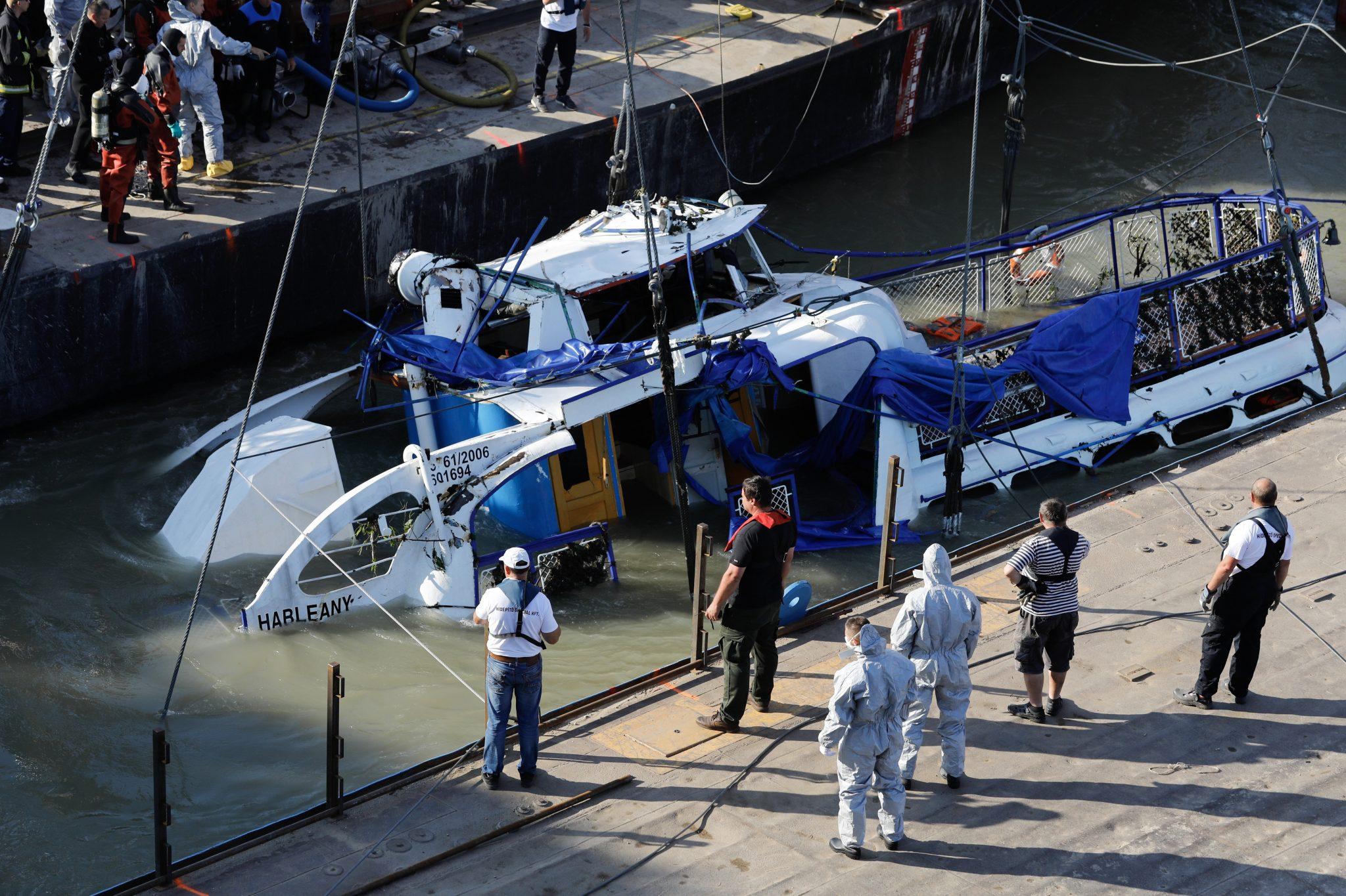 Ship Collision: Operation Starts to Raise Wreck at Margit Bridge post's picture