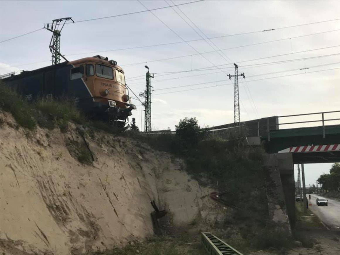 Train Knocks Out Buffer, Stops at Edge of Embankment in Érd post's picture
