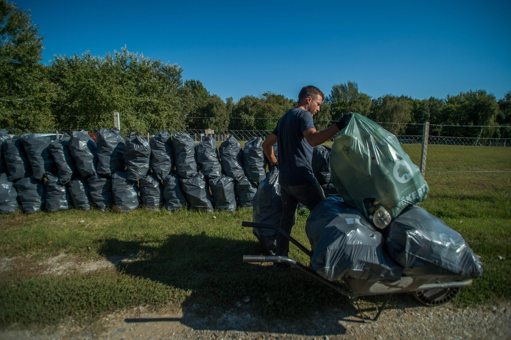 Hungarian Man Resigns from Workplace to Collect Garbage at Tisza Lake post's picture