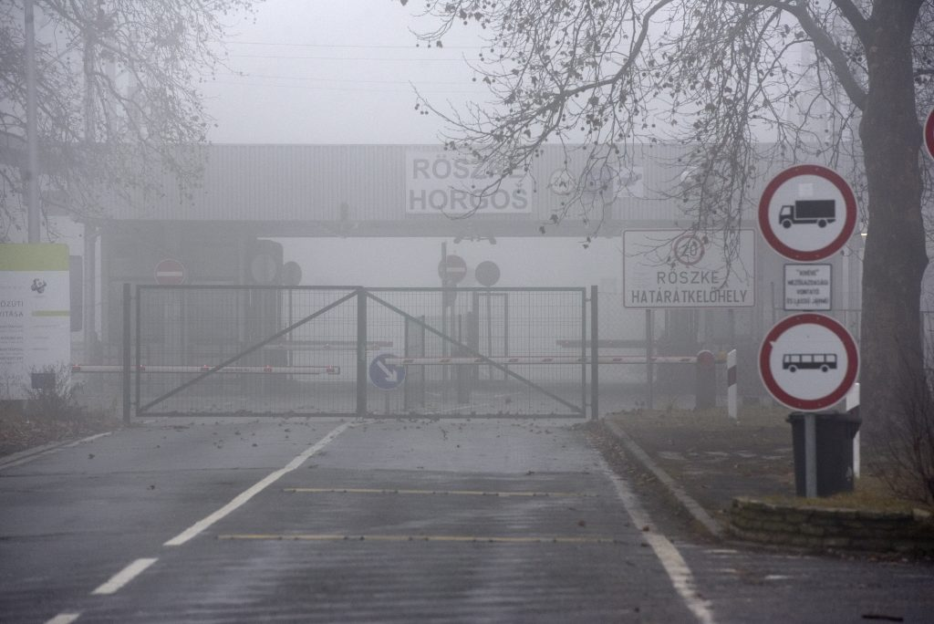 Migrants Try to Break Through Border Fence at Röszke post's picture