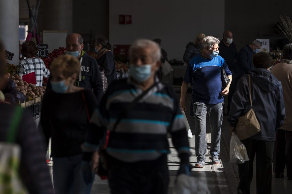 Semmelweis Rector Calls for Reintroducing Face Masks Indoors post's picture