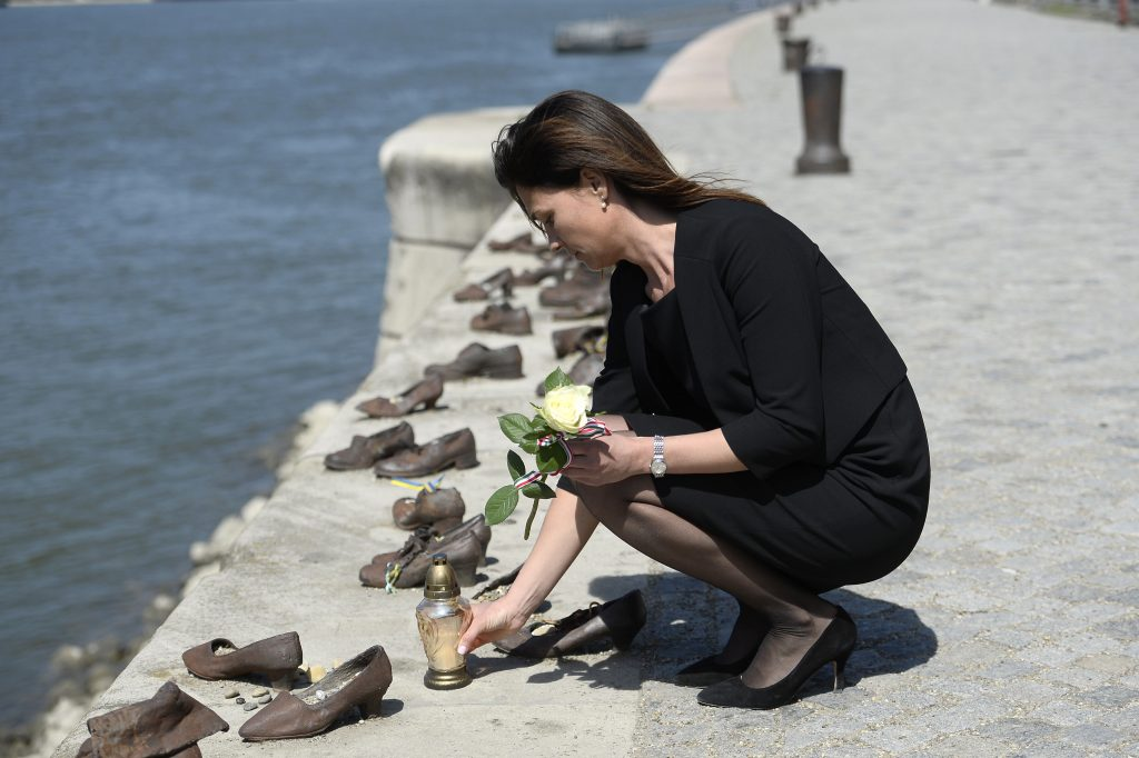 Holocaust Remembrance Day: Justice Minister Places Candles and Flowers at Shoes on the Danube Embankment Monument post's picture