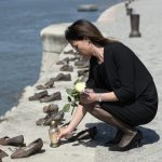 Holocaust Remembrance Day: Justice Minister Places Candles and Flowers at Shoes on the Danube Embankment Monument