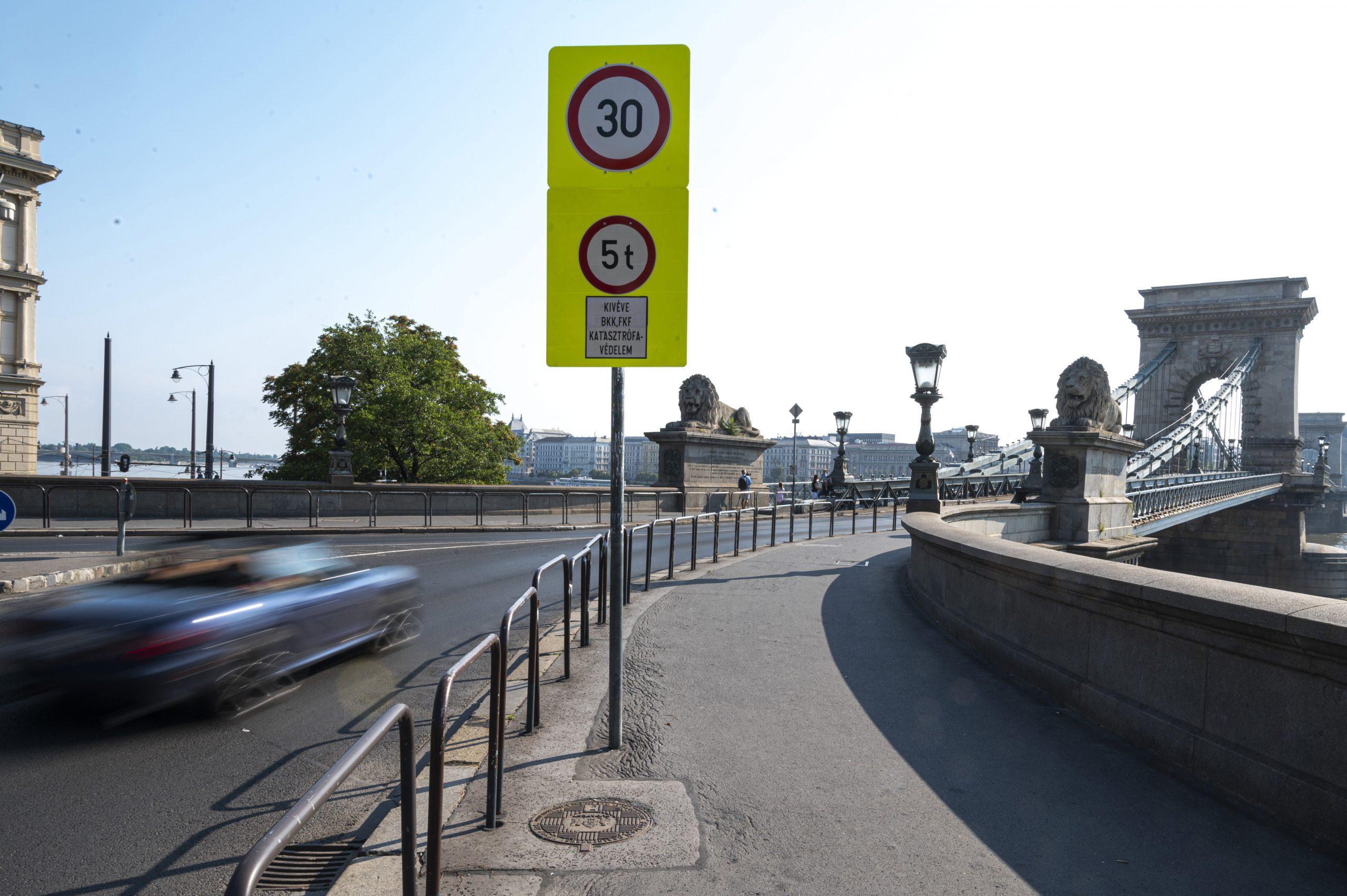 Fidesz Slams Municipal Council for Delays in Chain Bridge Revamp Decisions post's picture
