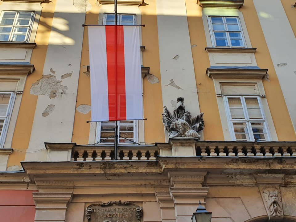 Budapest City Hall Displays Historic Belarus Flag in Support of Protesters post's picture